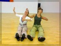 Florence und Gabi kombinieren Dehn- und Haltungsübungen