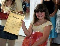 Janice zeigt stolz ihr swissdanceSTAR-Diplom