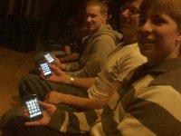 Sitzen in der ersten Reihe: Die drei iPhone-Freunde...